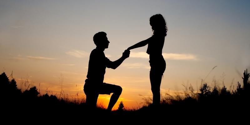 İnsanlar Dizlerinin Üstünde Evlenme Teklifi Eder?